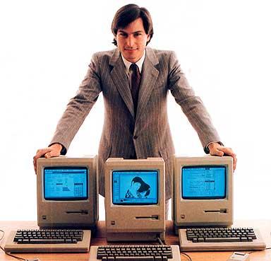Steve Jobs novinho com três machintoshes