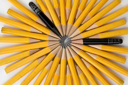 lapis amarelos e pretos simulando um relógio