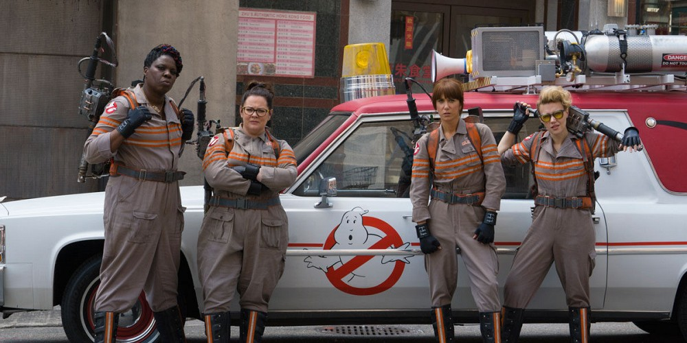 imagem do filme caça fantasmas com as 4 protagonistas a frente de sua viatura